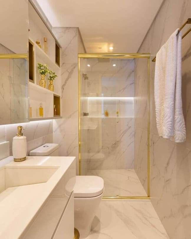 8. Banheiro bonito e pequeno de luxo decorado com mármore e detalhes em dourado de metais – Foto: Monise Rosa Arquitetura