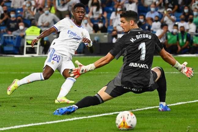 Gol de Vini Jr. pelo Real Madrid contra o Celta mostrou que atacante está confiante (Foto: GABRIEL BOUYS / AFP)