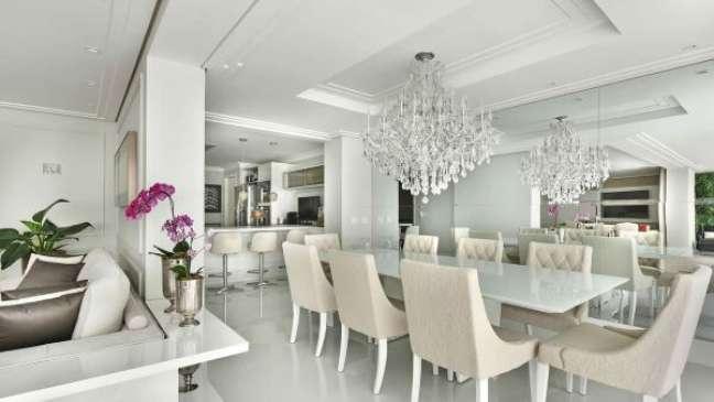 41. Vaso de flor para sala na cor prata com orquídeas cor de rosa – Foto Ticiane Lima