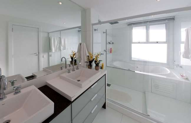 38. Gabinete preto para decoração de banheiro bonito todo branco com banheira de hidromassagem – Foto: Archdesign Studio