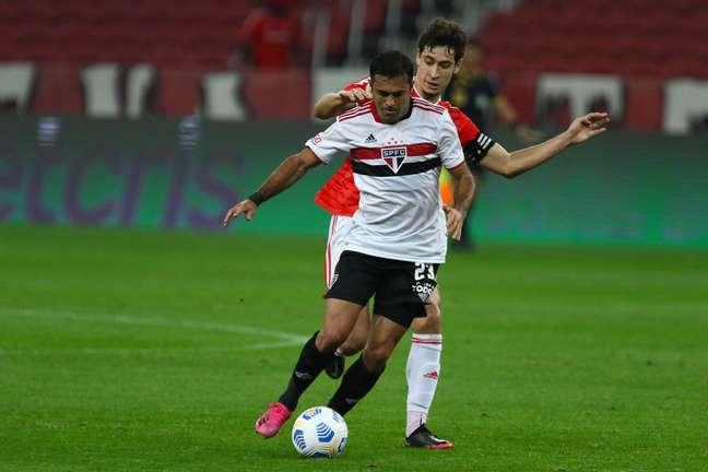 Éder, jogador do São Paulo, durante partida contra o Internacional