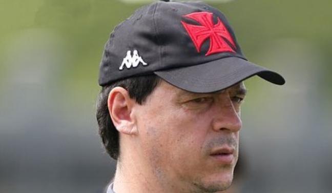 Fernando Diniz durante o treino do Vasco desta terça-feira; estreia no comando será em Maceió