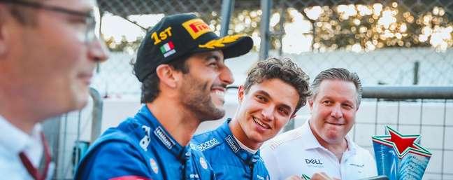 Sorrisos e descontração voltaram aos boxes da McLaren.