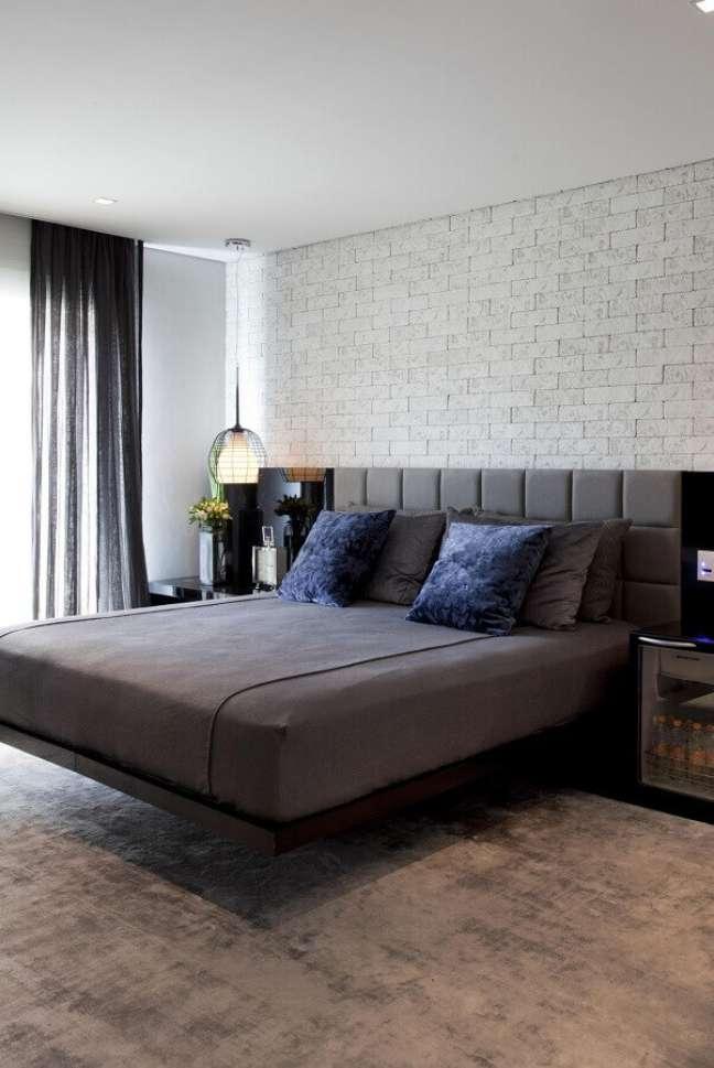 49. Parede tijolinho para quarto cinza decorado com cabeceira almofadada planejada – Foto: Marcelo Rosset Arquitetura