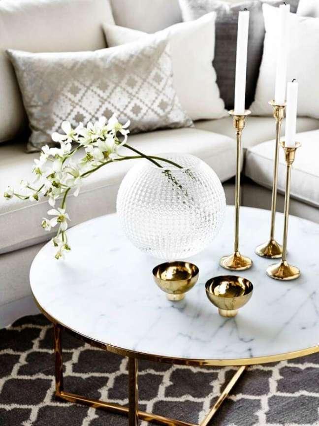 43. Sala de estar com almofadas na cor prata e moveis com dourado – Foto Archidea
