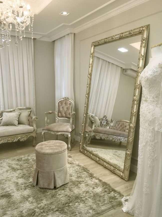 40. Sala clássica com espelho prata e moveis com detalhes na mesma cor – Foto Spazio