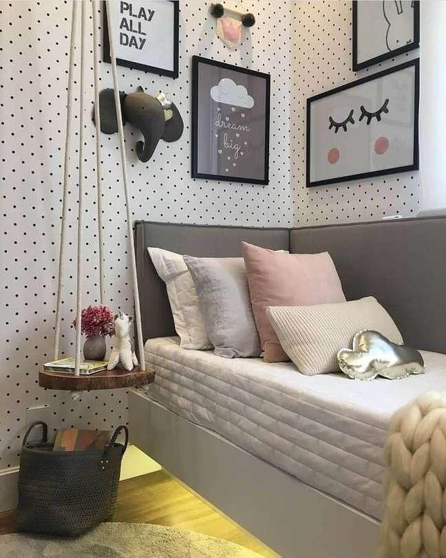 18. Cabeceira almofadada solteiro para quarto decorado com papel de parede de bolinhas – Foto: Decor Fácil