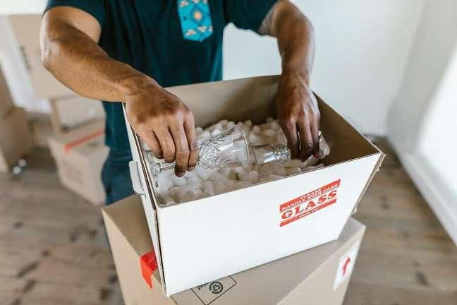 2. Os itens mais delicados devem ser empacotados com mais cuidado – Foto: Pexels