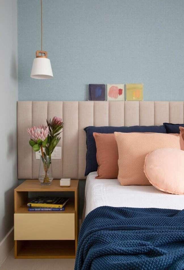 37. Decoração de quarto com parede azul claro e cabeceira almofadada rosa – Foto: Amanda Miranda Arquitetura