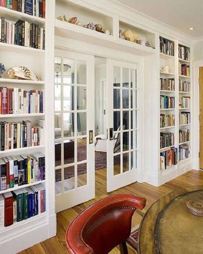 11. A porta de vidro de correr para sala separa ambientes do imóvel. Fonte: Farmhouse Room