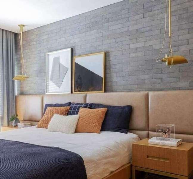 24. Cama com cabeceira almofadada de couro para decoração de quarto com parede tijolinho cinza – Foto: Palimanan Revestimentos Naturais