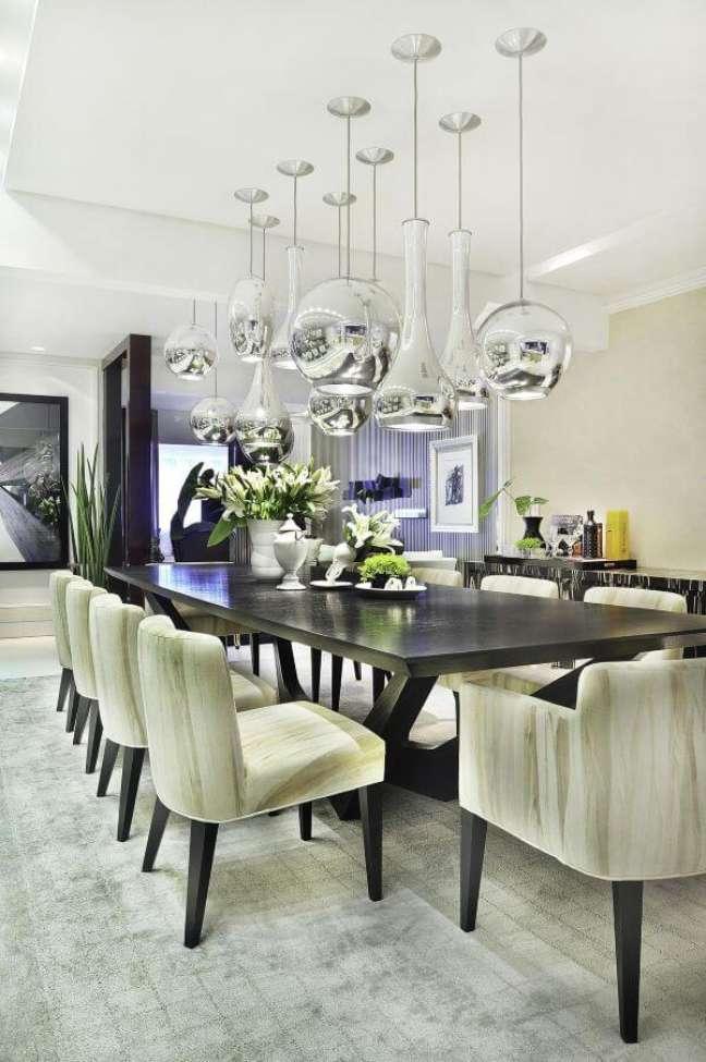 6. Sala de jantar com lustres na cor prata – Foto Moreno Interiores