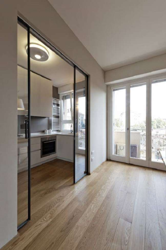 34. Otimize espaço e invista na porta de vidro de correr para sala. Fonte: Interiores Chic
