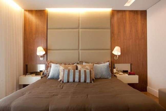 56. Quarto de casal decorado com parede de madeira e cabeceira almofadada planejada – Foto: Studio Novak