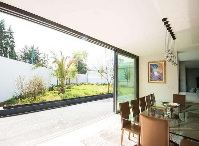 24. Invista em uma ampla porta de vidro para sala de jantar. Fonte: Homify