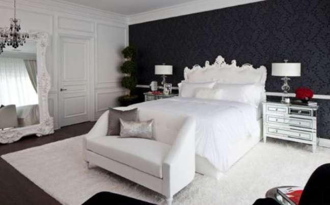 33. Quarto preto e branco com almofadas em tipos de cor prata e gabinete espelhado – Foto Wallpaper Safari