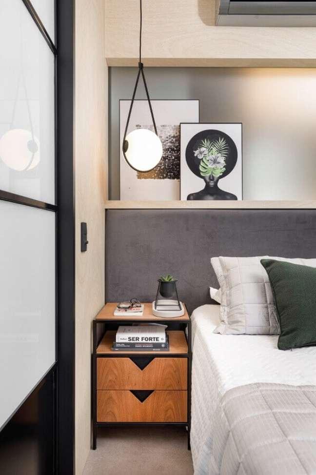 53. Quarto cinza moderno decorado com cabeceira almofadada planejada e luminária pendente – Foto SP Estúdio