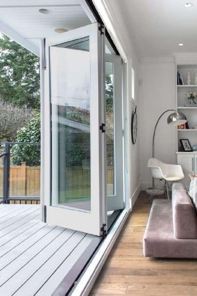 27. Modelo de porta de vidro para sala com acabamento em madeira. Fonte: Houzz