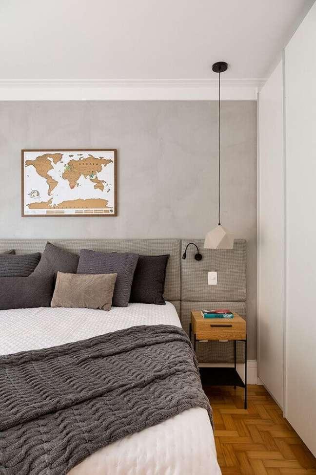36. Decoração de quarto cinza e branco com luminária moderna e cabeceira almofadada planejada – Foto: Marina La Gatta Design de Interiores