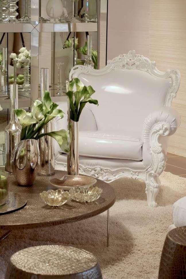 50. Vasos na cor prata para flores clássica e decoração luxuosa – Foto Brunete Graccaroli