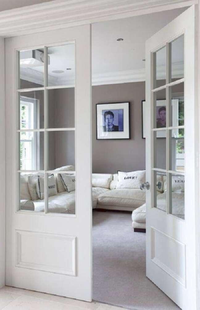 36. Porta de madeira e vidro para sala traz um toque romântico para o décor. Fonte: Innovative Decorideas