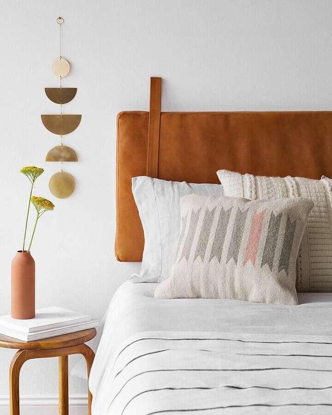 43. Decoração simples para quarto branco com cabeceira de cama almofadada marrom – Foto: Apartment Therapy