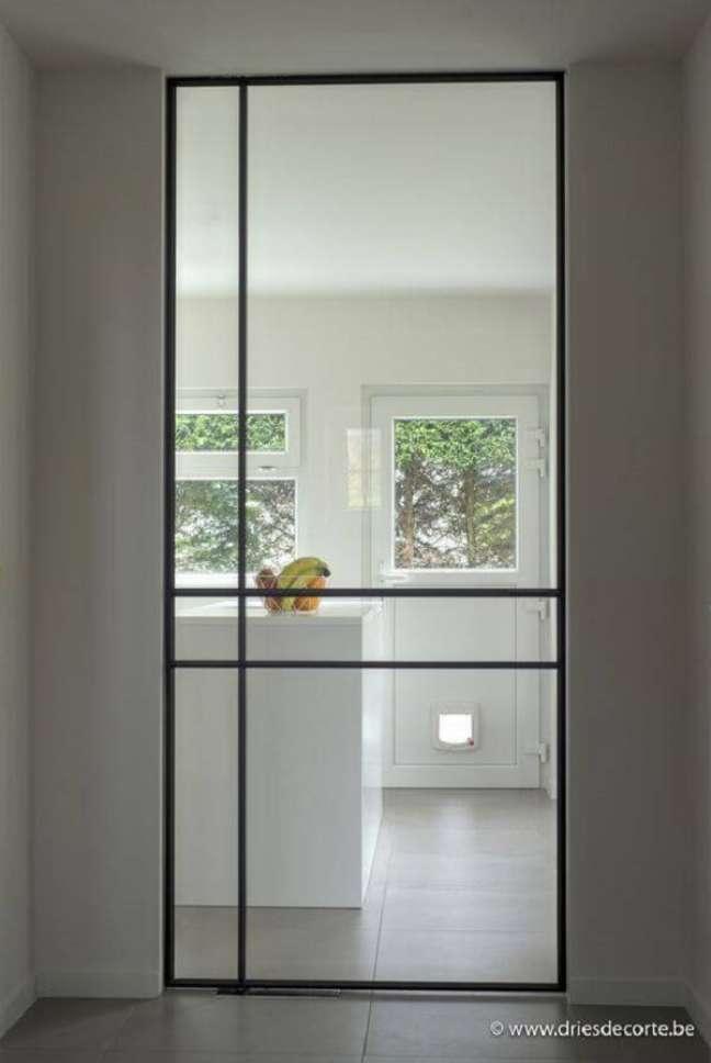 23. Invista em portas de ferro com vidro para sala e cozinha. Fonte: Driesdecorte