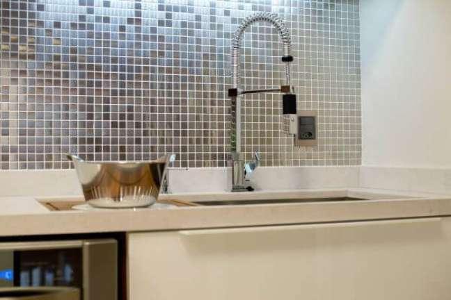 52. Cozinha com pastilha com diferentes tipos de cor prata – Foto Archdesign Studio