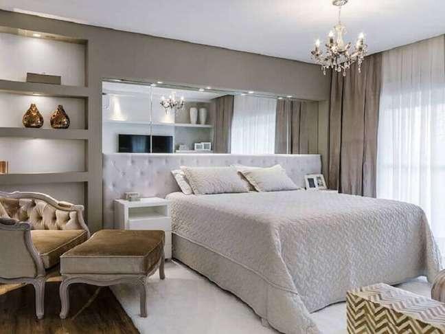 54. Quarto cinza planejado decorado com parede espelhada e cabeceira almofadada casal – Foto: Tiago Rocha Interiores