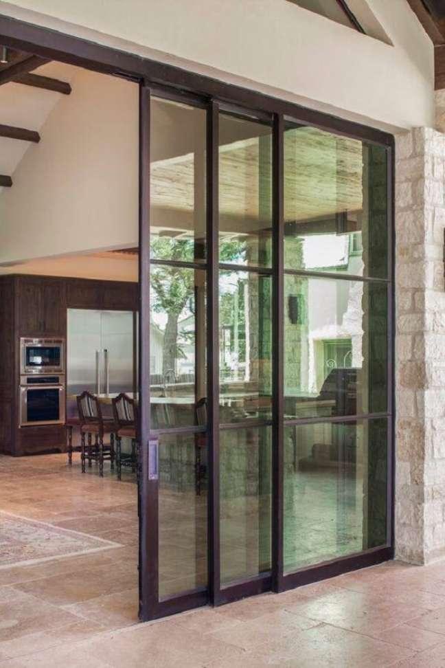 33. Os modelo de porta de vidro para sala permitam uma visão mais ampla da área externa do imóvel. Fonte: Amazing Door Photos