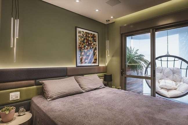 41. Decoração de quarto verde com balanço suspenso na sacada e cabeceira almofadada planejada moderna – Foto: Altera Arquitetura