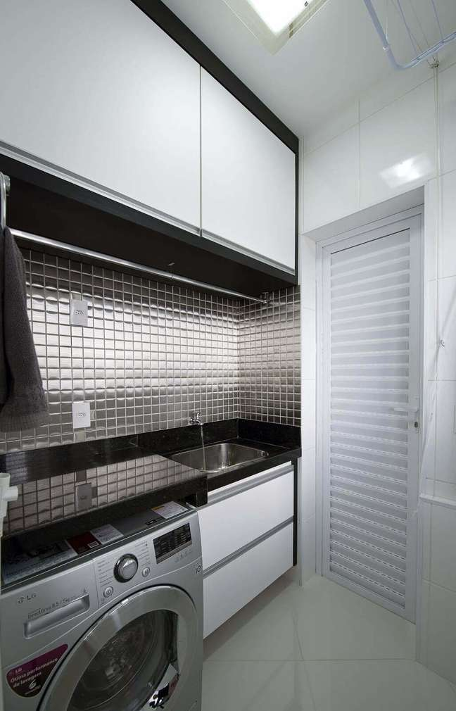 23. Lavandeira na cor prata e moveis brancos – Foto Iara Kilaris