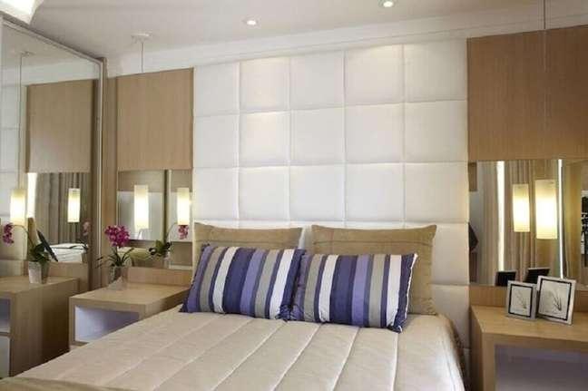 8. Cabeceira almofadada branca para quarto de casal decorado em cores neutras – Foto: Aquiles Nicolas Kilaris