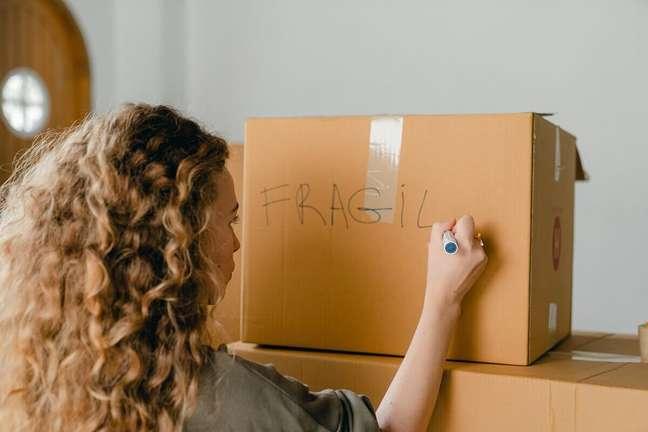 4. Faça marcações nas caixas de mudança para facilitar na hora de desempacotar – Foto: Pexels