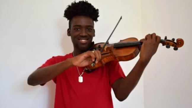 Carlos Samuel, de 20 anos, foi salvo por violino durante tiroteio no Rio de Janeiro