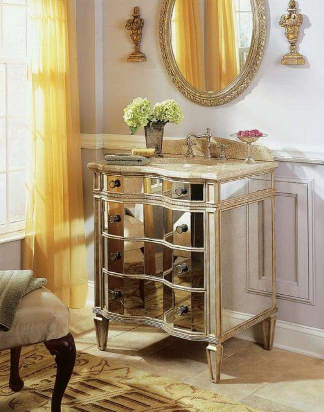 22. Gabinete na cor prata para banheiro luxuoso – Foto Flickr
