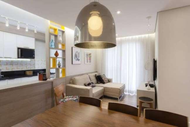 45. Sala de jantar com lustre pendente cor prata – Foto TT Interiores