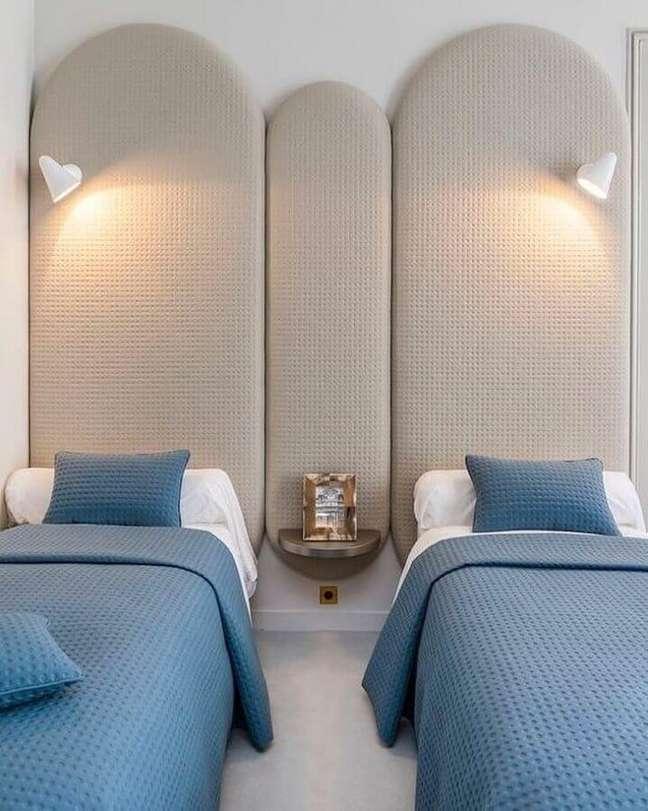 16. Cabeceira almofadada solteiro para decoração clean de quarto planejado – Foto: Alegrias Y Jabones de Coco