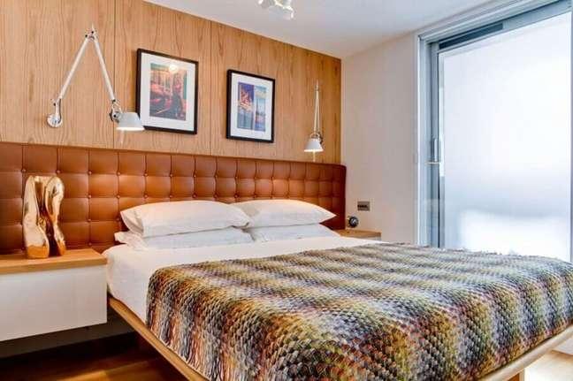 47. Parede de madeira para quarto decorado com cabeceira almofadada de couro – Foto: HomeDSGN
