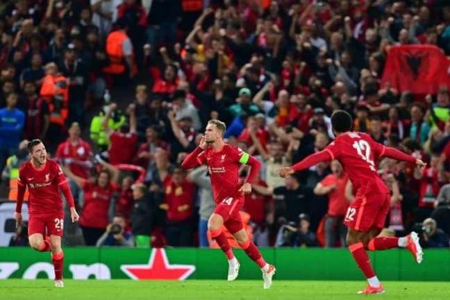 Liverpool comemora um dos seus gols na vitória sobre o Milan (Foto: PAUL ELLIS / AFP)