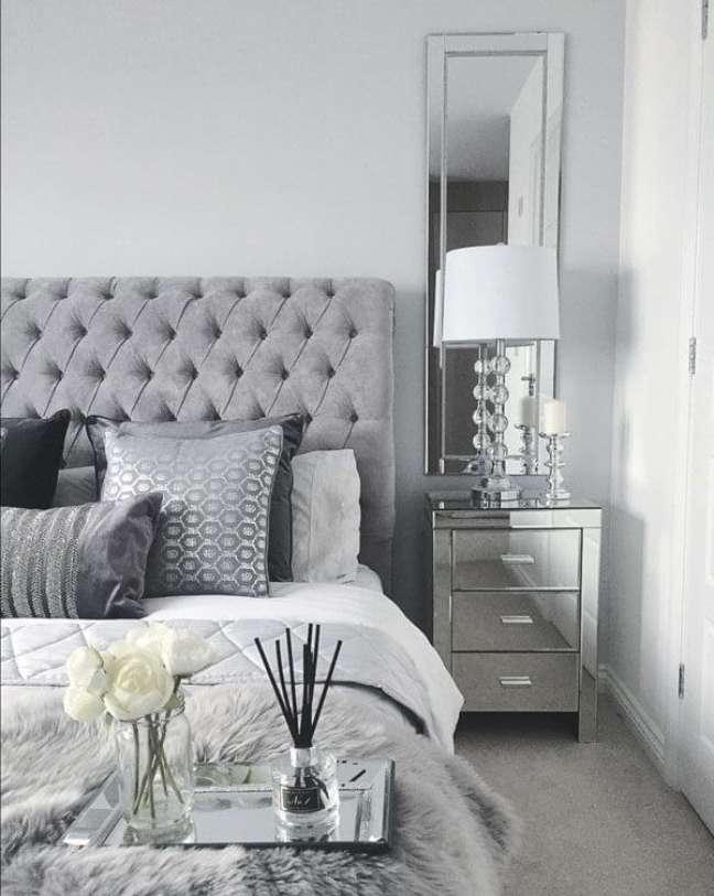 4. Quarto de casal com moveis e decoração cor prata – Foto Elitte Sofa