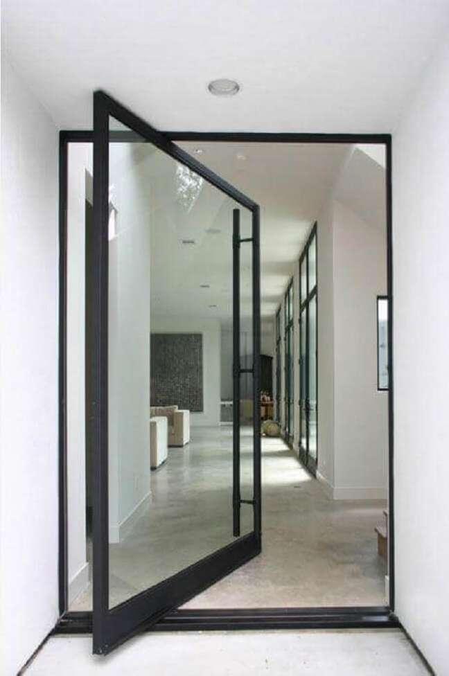 40. Porta de vidro para sala com design pivotante e estrutura de ferro preto. Fonte: Allen Bianchi Architects