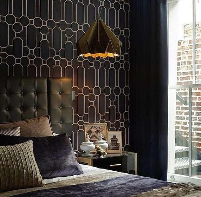 29. Cama com cabeceira almofadada para quarto preto decorado com luminária pendente moderna – Foto: Atelier di Spera
