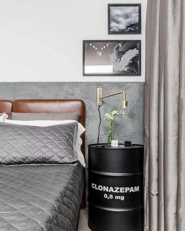 62. Tonel decorativo para quarto cinza e branco decorado com cabeceira almofadada de couro – Foto: Tiago Rocha Interiores