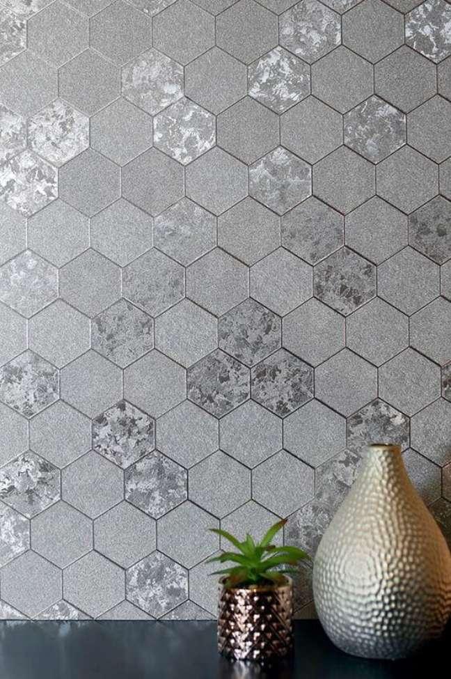 20. Decoração cor prata hexagonal com vasos metalizados – Foto Papel de Parede dos anos 70