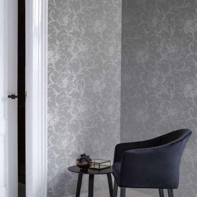 25. Papel de parede cor prata e poltrona azul marinho – Foto