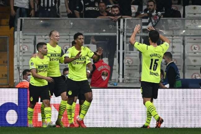 Jogadores do Borussia Dortmund comemoram gol na vitória desta quarta-feira (Foto: OZAN KOSE / AFP)
