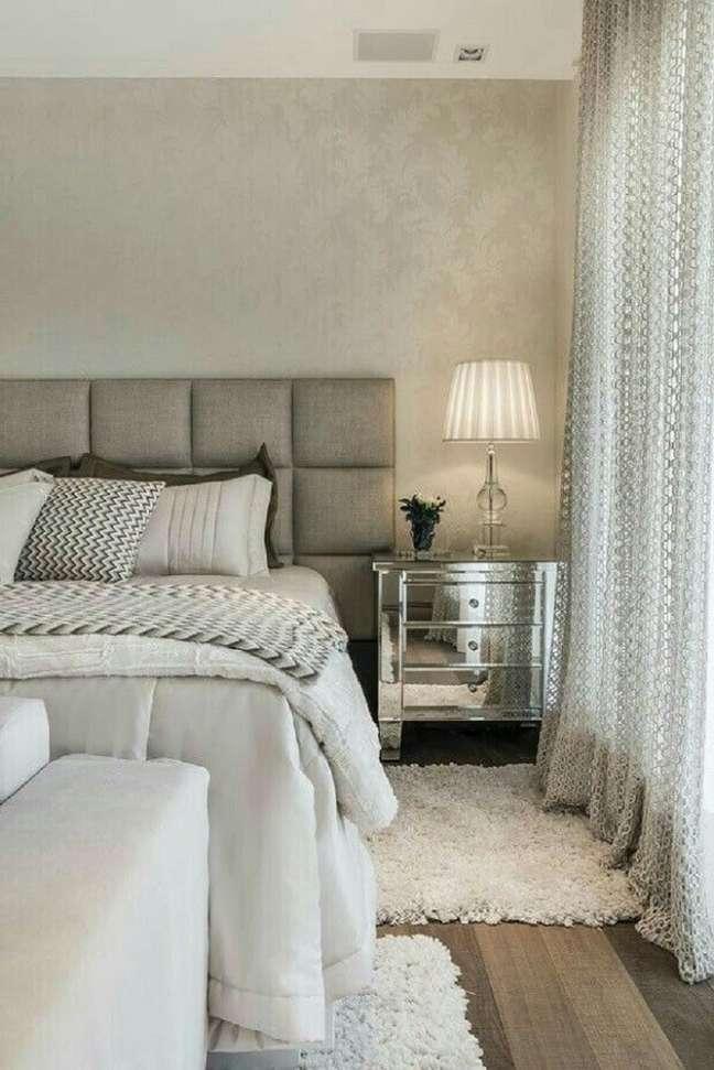 10. Cabeceira almofadada casal cinza para quarto clássico decorado com criado mudo espelhado – Foto: Archilovers