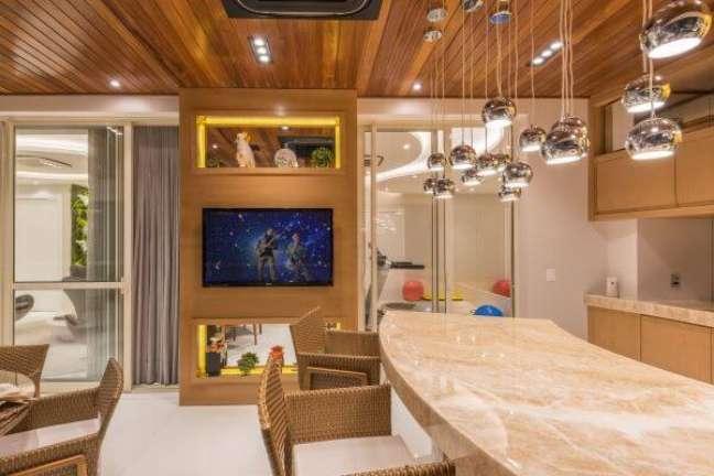 17. Cozinha moderna com pendentes na cor prata acima do balcão – Foto Iara Kilaris