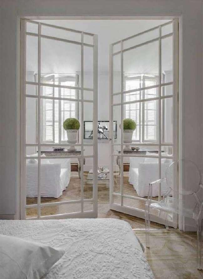 44. Porta de vidro para sala pequena separa sutilmente o quarto do imóvel. Fonte: Apartment Therapy